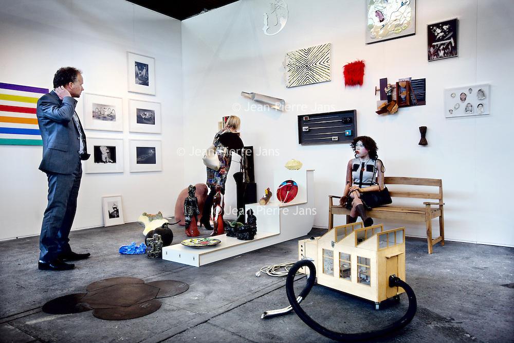 Nederland, Amsterdam , 15 mei 2013.<br /> De KunstRAI begint woensdagavond in de RAI in Amsterdam. Op de 29e editie van de nationale kunstbeurs kunnen bezoekers kunst en design van ruim 75 bekende en opkomende galerieën aanschouwen en kopen.<br /> De KunstRAI wil bezoekers stimuleren echt aandacht te hebben voor kunst met een zogenoemde kunstdate. Geïnteresseerden kunnen aan een gedekt tafeltje een gerecht verorberen dat is geïnspireerd op een kunstwerk. Het is de bedoeling dat ze een kunstwerk beter leren kennen tijdens de eetafspraak.<br /> Naast een algemene stand hebben ongeveer 20 galerieën ook een speciale kraam waarin zij het werk van één kunstenaar exposeren.<br /> Op de foto: Bezoekers bekijken de kunst van kunstenaar Theo Jansen op de  stand van galerie Heden.<br /> The art fair KunstRAI in the RAI in Amsterdam. On the 29th edition of the national art fair visitors can watch, admire and buy art and design of more than 75 known and emerging galleries.