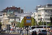 Duitsland, Berlijn, 22-8-2009Gezicht op de Brandenburger Tor vanuit Potsdamer Platz. Drukke verkeersweg op de plek waar vroeger het niemandsland was van de berlijnse muur.Foto: Flip Franssen/Hollandse Hoogte