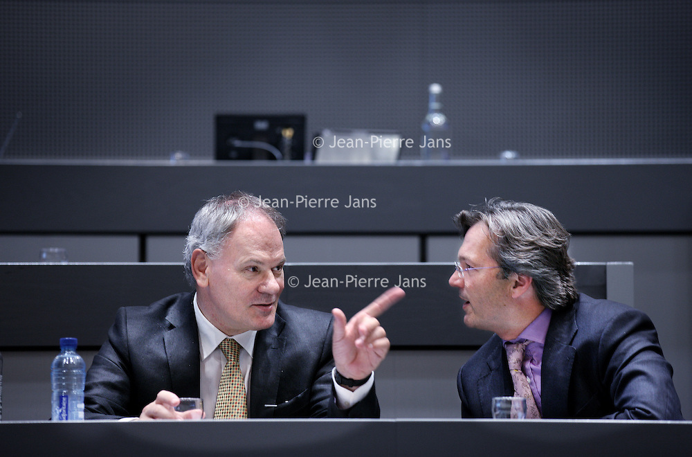 Nederland, Almere , 19 mei 2011..Raadsledenvergadering..Op de foto wordt er gestemd omtrent een motie van de PVV omtrent de mogelijkheid een snelweg en metroverbinding over het IJmeer te verwezenlijken. Behalve de aanwezige afgevaardigden van de  PVV waaronder PVV-raadslid Toon van Dijk  stemden iedereen tegen de motie aangezien de mogelijkheid al lang bekeken wordt..Op de foto wethouder van de PvdA Adri Duivesteijn tijdens het stemmen op de motie.Foto:Jean-Pierre Jans