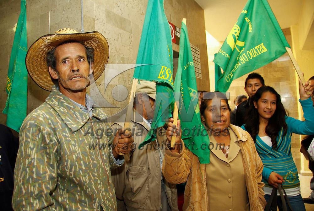 Toluca, México.- Integrantes de la Unión Nacional de Trabajadores Agrícolas se manifestaron en las instalaciones de la SEDESOL exigiendo el pago de apoyos para este sector. Agencia MVT / Crisanta Espinosa