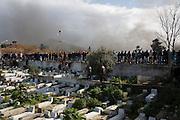 impressionante haie d'honneur du peuple Tunisien pendant le cortege funébre de Chokri Belaid, bravant le gaz lacrimogène, plus de 40.000 personnes lui rendent un hommage ce 8 fevrier 2013 et manifestent au même moment contre la violence politique, inédite en Tunisie et contre le gouvernement Ennarda.
