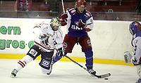Ishockey Hockey<br /> Getligaen<br /> Jordal Amfi 09.10.11<br /> Vålerenga VIF - Lillehammer<br /> Gino Guyer forbi Logan Stephenson<br /> Foto: Eirik Førde