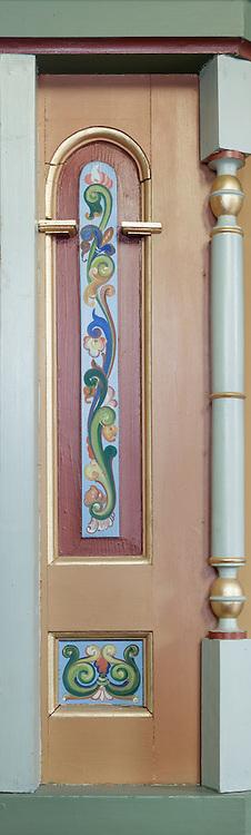 Maleri preikestol, forfra, midtseksjon+3 mot venstre. Preikestolen fotografert i Indre Herøy Kirke.