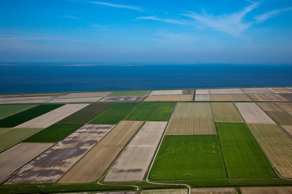 Nederland, Groningen, Gemeente Eemsmond, 08-09-2009;  Uithuizer polderdijk, dan de Eemspolder. De percelen grenzend aan de Waddenzee liggen in de Emmapolder. Het Duitse eiland Borkum aan de horizon.Polder dike with the Ems Polder. The parcels adjacent to the Wadden Sea lay in the Emma Polder. The Geman island Borkum at the horizon.luchtfoto (toeslag); aerial photo (additional fee required); .foto Siebe Swart / photo Siebe Swart
