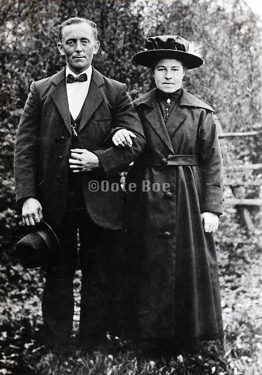 1920s portrait of couple posing outdoors
