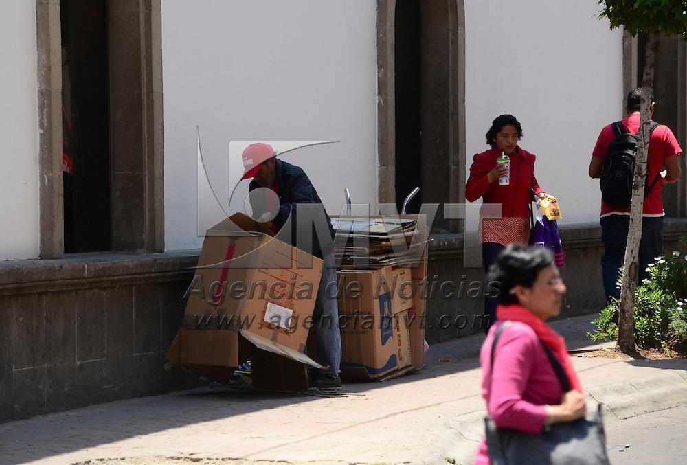 Toluca, México (Abril 15, 2016).- Un hombre de la tercera edad acomoda el cartón que recoge en algunos negocios de la ciudad de Toluca para después poder venderlo y obtener algunas monedas para su sustento diario.  Agencia MVT / Crisanta Espinosa