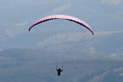 Belo Horizonte_MG, Brasil...Voo de paraglider no Clube de Voo de Belo Horizonte, localizado no alto da Serra da Moeda, a uma altitude de 1.450 metros. ..Paraglider flight in the Clube do Voo in Belo Horizonte, located on top of Serra da Moeda, at high of 1,450 meters. ..FOTO: LEO DRUMOND /  NITRO