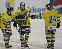Ishockey   14  november   2006  - GET ligaen<br /> Hamar OL-Amfi    <br /> Foto: Dagfinn Limoseth, Digitalsport <br /> <br /> Storhamar  v  Vålerenga<br /> <br /> Petter Thoresen , Storhamar laget 1-0 målet.Gratuleres her av Cato Ørbæk og Perry Johnson
