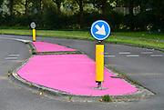 Nederland, Wijchen, 4-9-2014Door een fout van de gemeente Wijchen is een aantal vluchtheuvels in de plaats per ongeluk roze geverfd. Het zou gaan om een miscommunicatie tussen de gemeente en een verfleverancier. De gemeente heeft woensdag besloten, na veel leuke reacties, dat de vluchtheuvels niet overgeschilderd gaan worden.FOTO: FLIP FRANSSEN/ HOLLANDSE HOOGTE