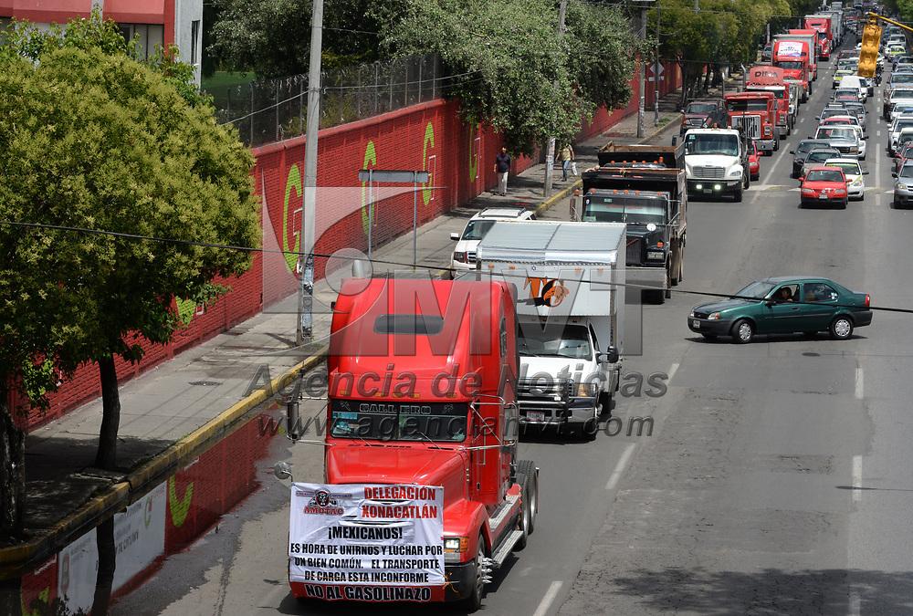 TOLUCA, México.- (Junio 27, 2017).- Integrantes de la Alianza Mexicana de Organizaciones de Transportistas A. C. (AMOTAC) se manifestaron contra el incremento al precio de los combustibles, costo de peaje en autopistas, y contra la circulación de unidades doblemente articuladas,  a vuelta de rueda partieron de la ciudad de Toluca con dirección al Senado de la República. Agencia MVT / Crisanta Espinosa