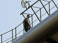 Ein Polizist beobachtet vom Dach des Stadion aus das Geschehen. © Valeriano Di Domenico/EQ Images