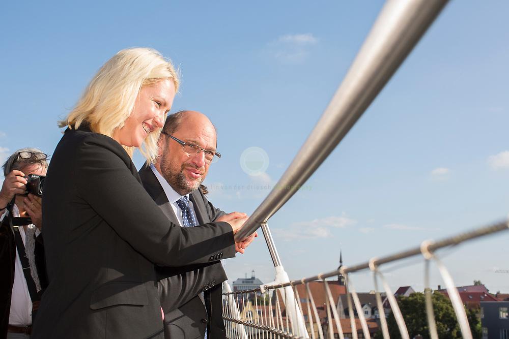 Zum Auftakt der heissen Wahlkampfphase besucht SPD-Kanzlerkandidat Martin Schulz zusammen mit Manuela Schwesig, Ministerpraesidentin des Landes Mecklenburg-Vorpommern, das Ozeaneum Stralsund. Anschließend gucken sie von der Terrasse des Ozeaneums Richtung Stralsunder Altstadt.