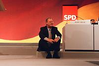 08 DEC 1999, BERLIN/GERMANY:<br /> Rudolf Scharping, Stellv. SPD Parteivorsitzender, setzt sich zu später Stunde auf einen Absatz auf dem Podium, SPD Bundesparteitag, Hotel Estrell<br /> Rudolf Scharping, Fed. Minister of Defense and SPD Vice Chairman, during the Federal Party Congress of the Social Democratic Party<br /> IMAGE: 19991208-01/11-27<br /> KEYWORDS: Parteitag