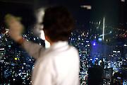 Frau reinigt die Fenster auf der oberen Aussichtsplattform des N Seoul Towers. Der N Seoul Tower ist ein der Öffentlichkeit zugänglicher Fernsehturm in der südkoreanischen Hauptstadt Seoul. Der 236,7 Meter hohe Turm steht auf 243 m ü. N.N. des Berges Namsan. <br /> <br /> Woman cleaning windows of the observation deck of N Seoul Tower in the Korean metropolis.N Seoul Tower is a communication tower located in Seoul, South Korea. Built in 1969, and opened to the public in 1980, the tower measures 236.7 m (777 ft) in height (from the base) and tops out at 479.7 m (1,574 ft) above sea level.