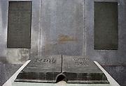 Denkmal des Buches. Das Übersetzern und Druckern der Kralitzer Bibel gewidmete Denkmal entstand zwischen 1909 und 1936. Kralice nad Oslavou (deutsch Kralitz) ist eine Gemeinde in Tschechien. Sie liegt 29 Kilometer westlich des Stadtzentrums von Brno und gehört zum Okres Třebíč. Kralice war bis zur Mitte des 17. Jahrhunderts ein wichtiges Zentrum der Mährischen Brüderbewegung, hier entstand die Kralitzer Bibel.hier entstand die Kralitzer Bibel.