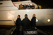 Paris, France. 9 Mai 2009..Brigade Fluviale de Paris..23h20 Entretien avec le capitaine d'un bateau suite a un different avec d'autres peniches...Paris, France. May 9th 2009..Paris fluvial squad..11:20 pm Discussion with a boat captain following a litigation with other barges..