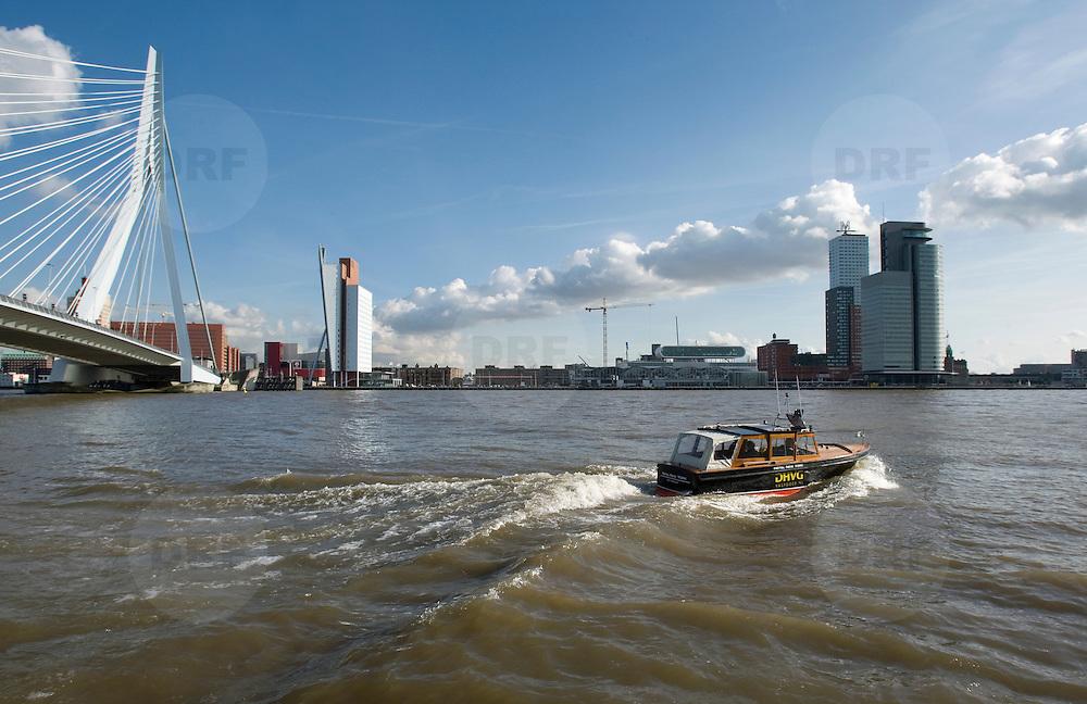 Nederland Rotterdam 11 maart 2009 20090311 Foto: David Rozing ..Watertaxi vaart over de maas. Op de achtergrond kop van zuid, erasmusbrug, kpn gebouw. Water cab / taxi ..Foto: David Rozing