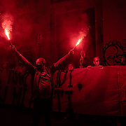 23/10/2020 Napoli. Il corteo contro De Luca, il coprifuoco ed il Lockdown, a cui hanno preso parte migliaia di persone che hanno sfilato per le vie principali di Napoli, si è poi trasformato in guerriglia nei pressi del palazzo della Regione a Santa Lucia con scontri tra alcuni manifestanti e la polizia, lancio di bottiglie e sampietrini, lacrimogeni, petardi. Diversi i cassonetti in fiamme, le auto danneggiate e i detriti in strada. Naples, October 2020. Protest demonstration of the working categories affected by the new government directives for anti-covid measures. There were also clashes between the police and the most violent fringes of the protest.