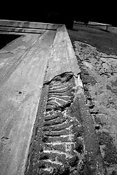 Ecco come si presenta il contorno dell'entrata principale della chiesa del Rosario. Molto probabilmente, a causa del suo abbandono, la chiesa venne restaurata con della semplice malta, coprendo l'originale cornice della porta principale. Infatti la chiesa è chiusa al culto ed utilizzata come deposito parrochhiale.