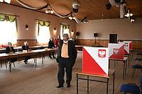Lopuchowo, woj. podlaskie, 12.07.2020. Druga tura wyborow prezydenckich 2020 N/z glosowanie w Obwodowej Komisji wyborczej w remizie OSP fot Michal Kosc / AGENCJA WSCHOD