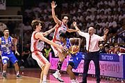 DESCRIZIONE : Campionato 2014/15 Serie A Beko Grissin Bon Reggio Emilia - Dinamo Banco di Sardegna Sassari Finale Playoff Gara7 Scudetto<br /> GIOCATORE : Edgar Sosa Achille Polonara Amedeo Della Valle Massimiliano Menetti<br /> CATEGORIA : tecnica controcampo difesa sequenza<br /> SQUADRA : Banco di Sardegna Sassari Grissin Bon Reggio Emilia<br /> EVENTO : Campionato Lega A 2014-2015<br /> GARA : Grissin Bon Reggio Emilia - Dinamo Banco di Sardegna Sassari Finale Playoff Gara7 Scudetto<br /> DATA : 26/06/2015<br /> SPORT : Pallacanestro<br /> AUTORE : Agenzia Ciamillo-Castoria/GiulioCiamillo<br /> GALLERIA : Lega Basket A 2014-2015<br /> FOTONOTIZIA : Grissin Bon Reggio Emilia - Dinamo Banco di Sardegna Sassari Finale Playoff Gara7 Scudetto<br /> PREDEFINITA :