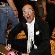 NLD/Baarn/20070527 - Finale Dancing with the Stars 2007, Bart Chabot deelt handtekeningen uit
