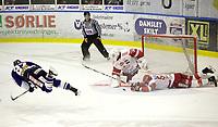 Ishockey ,  <br /> GET-ligaen ,  <br /> 01.12.2009 , <br /> Sparta Sarpsborg v Stjernen , <br /> Sparta Amfi , <br /> Foto: Thomas Andersen, Digitalsport , <br /> Cato Cocozza fyrer av et skudd i lufta , Anders Myrvold tar målet ut av stilling med vilje
