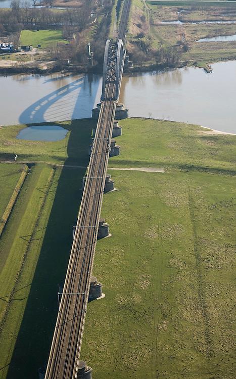 Nederland, Gelderland, Culemborg, 11-02-2008; uiterwaarden van de Lek worden doorsneden door de spoorbrug in de spoorlijn Utrecht - Den Bosch;  .pijlers, boogbrug, ..luchtfoto (toeslag); aerial photo (additional fee required); .foto Siebe Swart / photo Siebe Swart