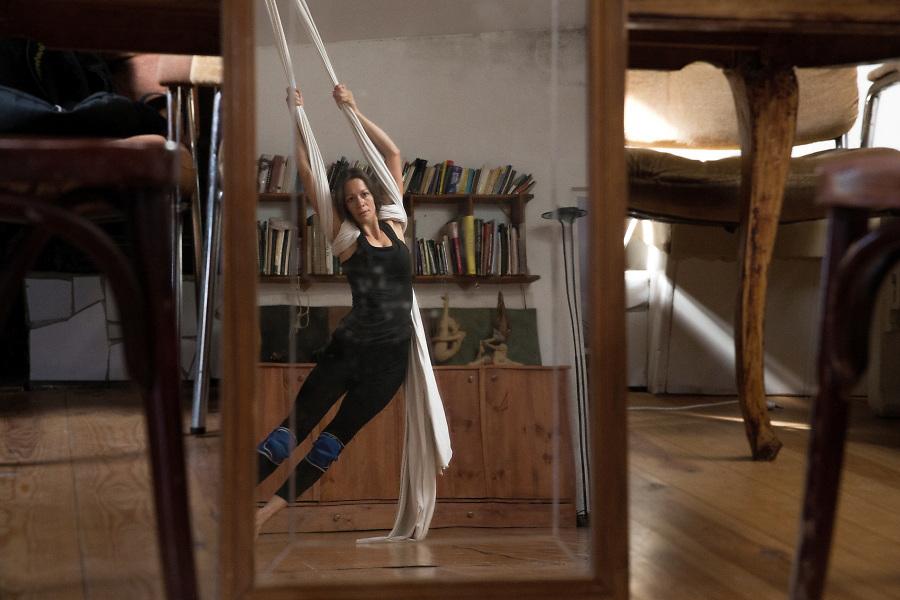 /ES/ Sofia ensaya en su casa que usa como taller de danza y escultura.