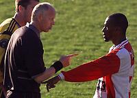 20010506: Lyns Mohammend Ouseb får kjeft av dommer Frode Kvam etter en stygg takling av Clayton Zane, Lillestrøm. Lillestrøm - Lyn på Åråsen.