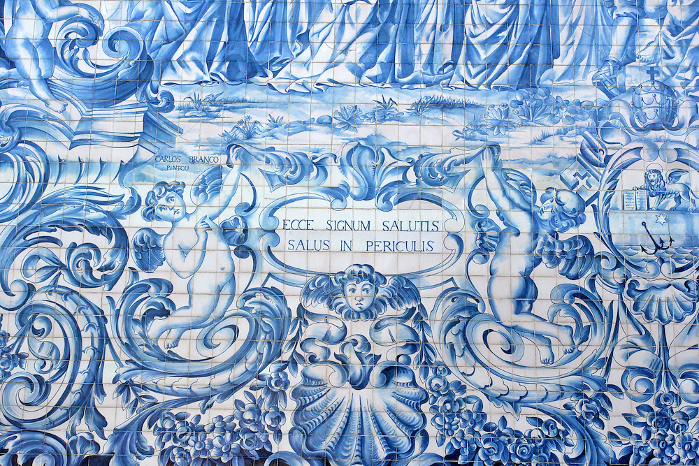 Detalle de la decoración típica portuguesa realizada en mosaicos con azulejos en tonos azul. Oporto (Portugal)<br /> Ecce signum salutis, salus in periculis.