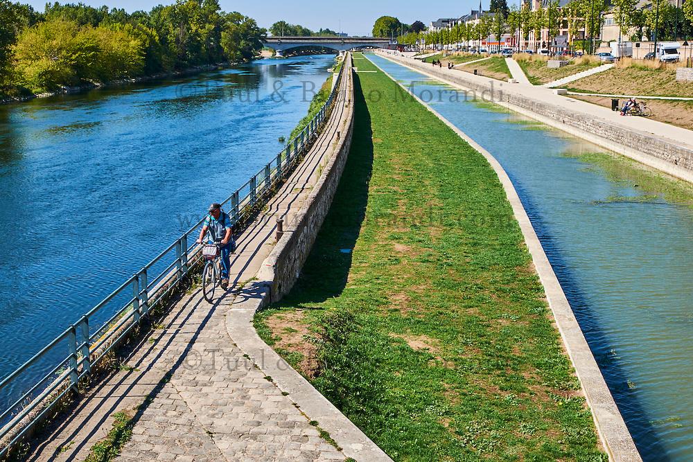 France, Region Centre-Val de Loire, Loiret (45), Orléans, la Loire à Velo // France, Loiret, Orleans, biking on the Loire