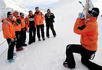 Aksel Lund Svindal (NOR) fotografiert seinen Team auf dem Jungfrau Joch. © Valeriano Di Domenico/EQ Images