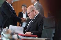 26 FEB 2014, BERLIN/GERMANY:<br /> Peter Altmaier, CDU, Kanzleramtsminister, liest in seinen Unterlagen, vor Beginn der Kabinettsitzung, Bundeskanzleramt<br /> IMAGE: 20140226-01-015<br /> KEYWORDS: Sitzung, Kabinett, lesen, Akte, Akten