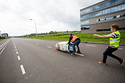 Iris Slappendel gaat van start in de Velox. Op een weg op de campus van de TU Delft oefent het team met het rijden in een Velox. In september wil het Human Power Team Delft en Amsterdam, dat bestaat uit studenten van de TU Delft en de VU Amsterdam, tijdens de World Human Powered Speed Challenge in Nevada een poging doen het wereldrecord snelfietsen voor vrouwen te verbreken met de VeloX 7, een gestroomlijnde ligfiets. Het record is met 121,44 km/h sinds 2009 in handen van de Francaise Barbara Buatois. De Canadees Todd Reichert is de snelste man met 144,17 km/h sinds 2016.<br /> <br /> With the VeloX 7, a special recumbent bike, the Human Power Team Delft and Amsterdam, consisting of students of the TU Delft and the VU Amsterdam, also wants to set a new woman's world record cycling in September at the World Human Powered Speed Challenge in Nevada. The current speed record is 121,44 km/h, set in 2009 by Barbara Buatois. The fastest man is Todd Reichert with 144,17 km/h.