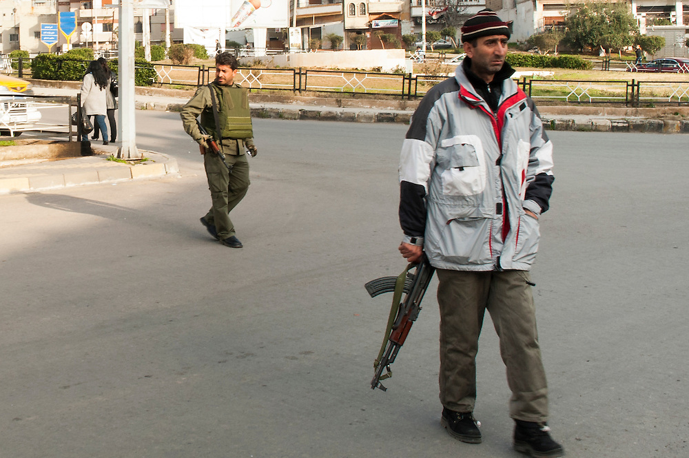 January 11, 2012, Homs, Syria. Syrian regimes militia's control traffic in the Hadara district in Homs during the civil war. <br /> <br /> 11 janvier, 2012, Homs, Syrie. Des milices syriens contrôlent la circulation dans le quartier Hadara à Homs pendant la guerre civile.