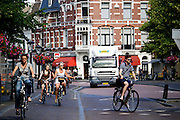 In Utrecht rijden fietsers door de binnenstad.<br /> <br /> Cyclists in the historical center of Utrecht.