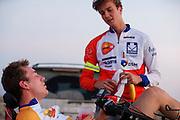 Teleurgesteld is Rik Houwers bezig met zijn cooling down. Rik Houwers heeft op vrijdagavond 132,3 km/h gereden met de VeloX4, wat net onder het huidige wereldrecord is. Het Human Power Team Delft en Amsterdam (HPT), dat bestaat uit studenten van de TU Delft en de VU Amsterdam, is in Amerika om te proberen het record snelfietsen te verbreken. Momenteel zijn zij recordhouder, in 2013 reed Sebastiaan Bowier 133,78 km/h in de VeloX3. In Battle Mountain (Nevada) wordt ieder jaar de World Human Powered Speed Challenge gehouden. Tijdens deze wedstrijd wordt geprobeerd zo hard mogelijk te fietsen op pure menskracht. Ze halen snelheden tot 133 km/h. De deelnemers bestaan zowel uit teams van universiteiten als uit hobbyisten. Met de gestroomlijnde fietsen willen ze laten zien wat mogelijk is met menskracht. De speciale ligfietsen kunnen gezien worden als de Formule 1 van het fietsen. De kennis die wordt opgedaan wordt ook gebruikt om duurzaam vervoer verder te ontwikkelen.<br /> <br /> Rik Houwers rode 82,18 mph with the VeloX4, not enough for a new record. The Human Power Team Delft and Amsterdam, a team by students of the TU Delft and the VU Amsterdam, is in America to set a new  world record speed cycling. I 2013 the team broke the record, Sebastiaan Bowier rode 133,78 km/h (83,13 mph) with the VeloX3. In Battle Mountain (Nevada) each year the World Human Powered Speed Challenge is held. During this race they try to ride on pure manpower as hard as possible. Speeds up to 133 km/h are reached. The participants consist of both teams from universities and from hobbyists. With the sleek bikes they want to show what is possible with human power. The special recumbent bicycles can be seen as the Formula 1 of the bicycle. The knowledge gained is also used to develop sustainable transport.