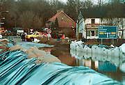Nederland, Molenhoek, 28-2-1995Historisch hoogwater van de Maas bedreigt huizen. Militairen hebben een nooddijk aangelegdFoto: Flip Franssen/Hollandse Hoogte
