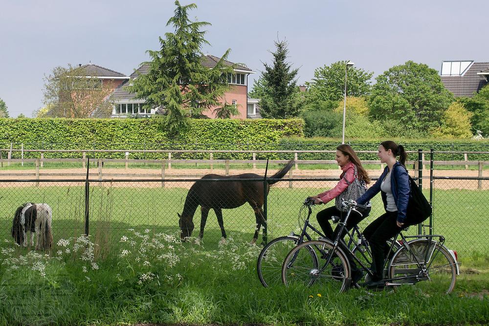 Schoolgaande jeugd fietst in Zevenaar, een plaatsje in de streek De Liemers in het oosten van Nederland.<br /> <br /> School-age youth cycling in Zevenaar, a town in the region the Liemers in the east of the Netherlands.