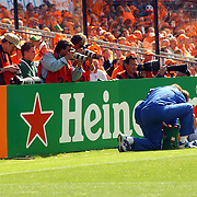 NLD/Rotterdam/20060604 - Vriendschappelijke wedstrijd Nederland - Australie, Wesley Sneijder word verzorgd, blessure, fotografen
