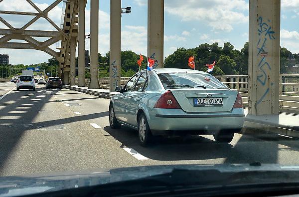 Nederland, Nijmegen, 13-6-2014Een auto met duits kenteken heeft nederlandse vlaggetjes in de ramen. Ziet er vreemd uit, maar is een nederlander die vlak over de grens woont in Duitsland...Foto: Flip Franssen/Hollandse Hoogte