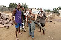 26 SEP 2006, KINSHASA/CONGO:<br /> Junge Maenner posieren fuer den Fotografen, an einer Strasse<br /> IMAGE: 20060926-01-040<br /> KEYWORDS: Junge Männer, Jugendliche, Afrika, Africa