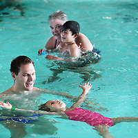 Nederland, Amsterdam, 11 juli 2015.<br /> Steeds meer kinderen krijgen een turbocursus zwemmen. Swimbee in Amsterdam traint momenteel een groep kinderen die dertien aaneengesloten dagen les krijgen<br /> Op de foto: zweminstructeur Mike de Bruijn met Lisa in het zwembad van het Ronald Mc Donald Centre,<br /> <br /> <br /> Foto: Jean-Pierre Jans