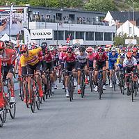 Hovedfeltet passerer målstreken for første gang under Tour of Norway sykkelritt etappe 2: Kvinesdal - Mandal.