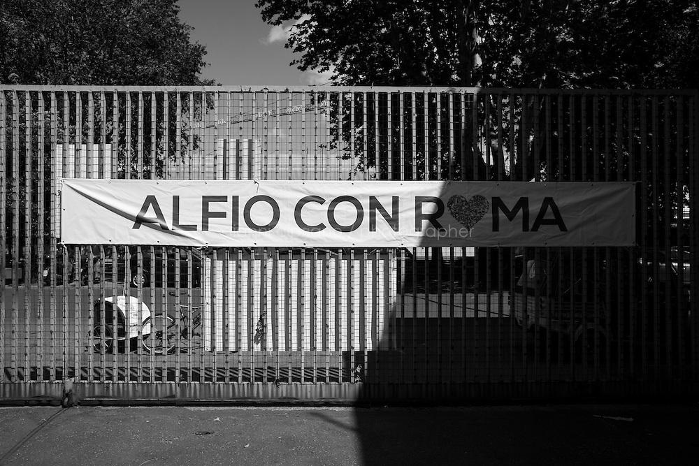 """ROMA - 18 MAGGIO 2013: Il candidato a sindaco di Roma Alfio Marchini della Lista Civica """"Amo Roma"""" incontra i cittadini romani del quartiere Tor Pignattara del V Municipio,  a Roma il 18 maggio 2013."""