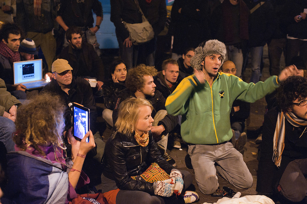 Nederland, Amsterdam, 27 okt 2011.OccupyAmsterdam. De bezetters van de Occupybeweging op het beursplein. Er staan nu zo'n 120 tentjes. Het plein is vol, er wordt gediscussieerd over een verhuizing naar het museumplein of de zuidas..Foto(c): Michiel Wijnbergh