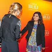 NLD/Hilversum/20151101 - Prinses Mabel aanwezig bij de Premiere He Named Me Malala, Prinses Mabel praat met een aantal leerlingen