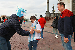 June 12, 2018 - Moscou, Rússia - MOSCOU, MO - 12.06.2018: GENERAL PICTURES MOSCOW 2018 - Argentine supporter wears the shirt of the selection in Russian child in front of the place of the Church of the Christ the Savior in Moscow. (Credit Image: © Ricardo Moreira/Fotoarena via ZUMA Press)