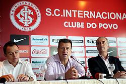 O presidente do Sport Clube Internacional Giovani Luigi apresenta o ex-capitão da seleção brasileira, Dunga, como novo técnico do clube. FOTO: Jefferson Bernardes/Preview.com